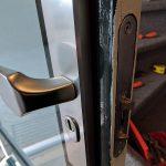 Het nieuwe slot en het inbraakwerende beslag. Geen schroeven aan de buitenzijde en de cilinder is keurig