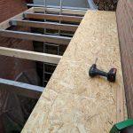 Het nieuwe dakbeschot wordt met voldoende schroeven op de liggers geschroefd.