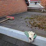 Start van de klus, eerst het dak maar eens schoonvegen.