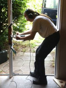 Niels aan het werk met hang- en sluitwerk